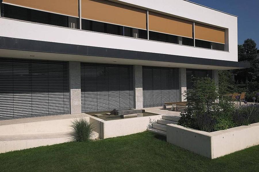 Designhaus mit Fenstermarkise und Raffstore von WAREMA