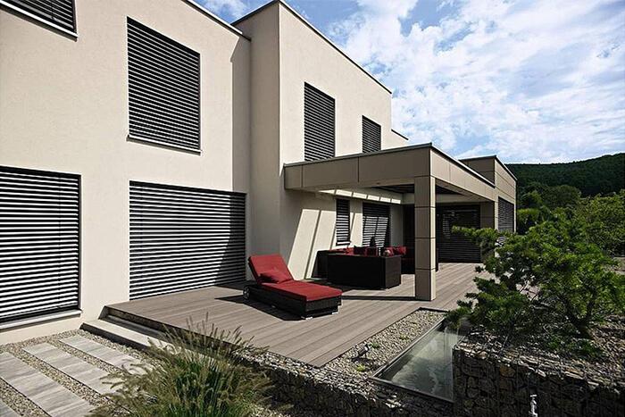 Terrasse mit WAREMA Raffstoren am Designhaus