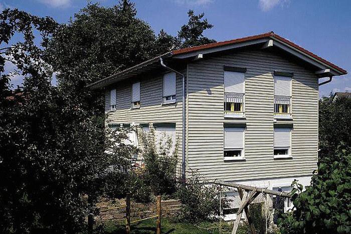 Zweistöckiges Haus mit WAREMA Rollläden